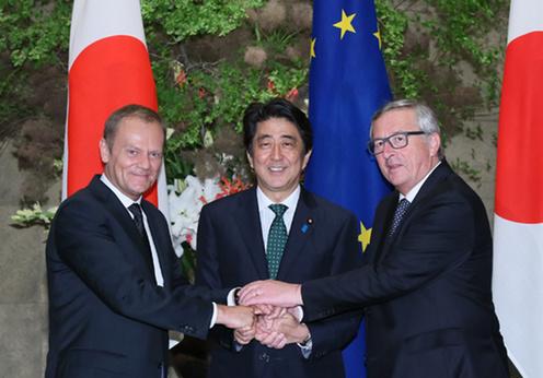 20150529 日・EU定期首脳協議等 定期首脳協議前の握手