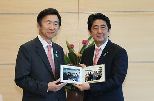 20150622 安倍晋太郎元外務大臣の写真の贈呈を受ける安倍総理