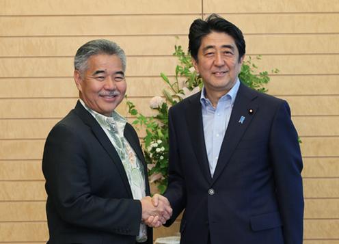 20150616 イゲ・ハワイ州知事と握手する安倍総理