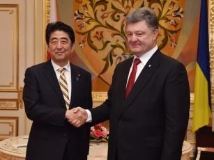 20150606 安倍内閣総理大臣のウクライナ訪問 ポロシェンコ大統領と握手を交わす安倍総理大臣