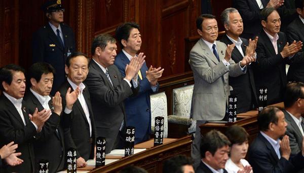 20150716 衆院本会議で安全保障関連法案が与党などの賛成多数で可決。拍手する安倍晋三首相と閣僚ら 産経