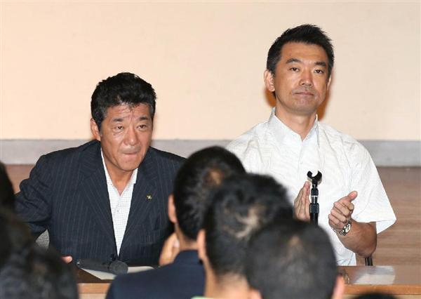 150828 「大阪維新の会」全体会議の冒頭での挨拶を終えた松井一郎幹事長(左)に拍手する橋下徹代表=28日午後、大阪府枚方市