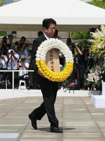 150809 長崎原爆犠牲者慰霊平和祈念式典参列等 献花する安倍総理