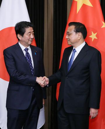 151101 中国の李克強国務院総理と握手する安倍総理