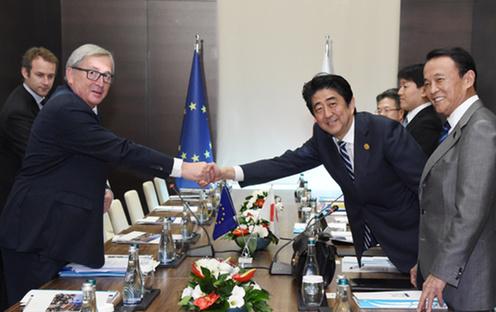 151115 G20アンタルヤ・サミット ユンカー欧州委員会委員長と握手する安倍総理