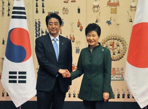 151102 朴韓国大統領と握手する安倍総理