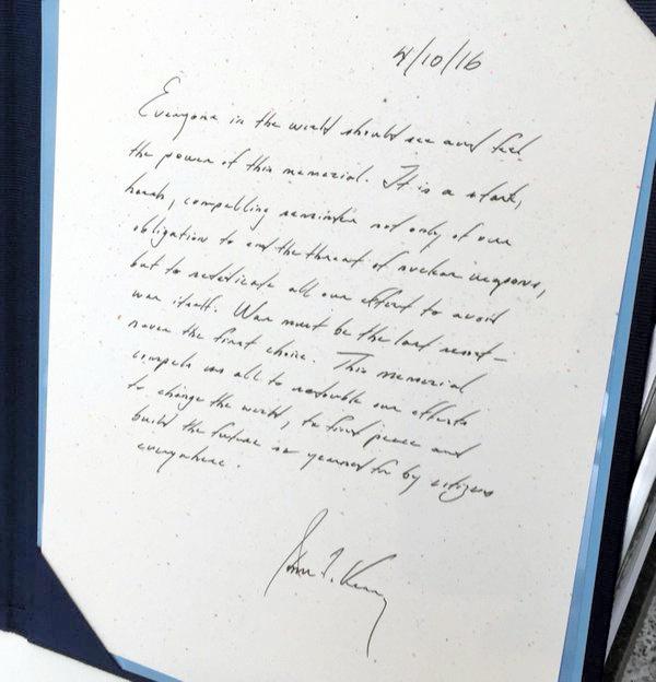 160411 ケリー米国務長官がツイッターで公開した、広島平和記念資料館を訪れた際の記帳