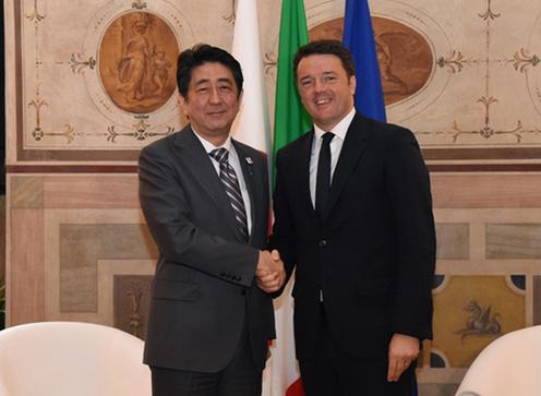 160502 レンツィ伊首相と握手する安倍総理