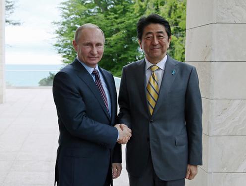 160506 プーチン露大統領と握手する安倍総理