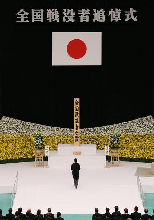全国戦没者追悼式 献花をする安倍総理大臣