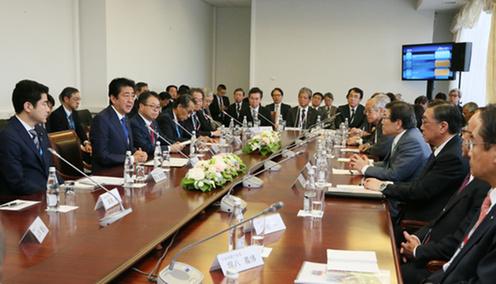 日本企業関係者と懇談する安倍総理