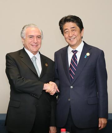 160905 G20 テメル・ブラジル大統領と握手する安倍総理
