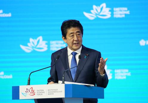 東方経済フォーラム全体会合でスピーチする安倍総理
