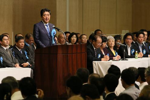国民大集会で挨拶する安倍総理