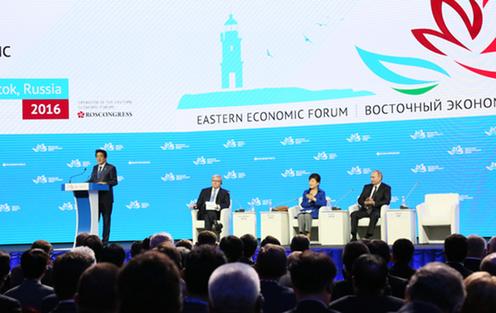 東方経済フォーラム全体会合でスピーチする安倍総理2
