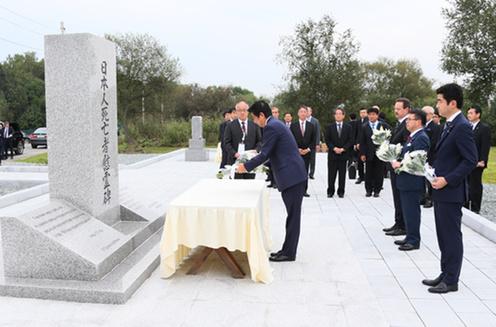 日本人抑留者慰霊碑に献花する安倍総理