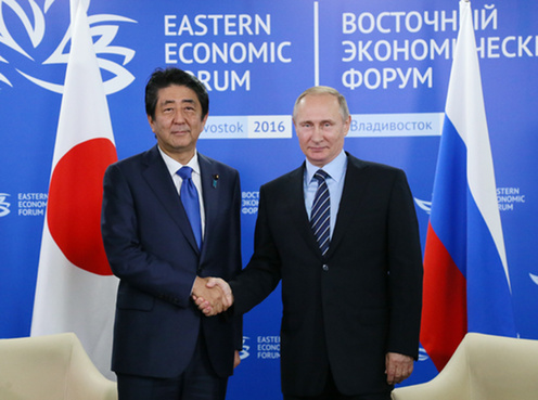 握手する両首脳
