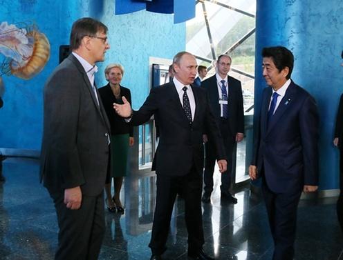 沿海地方海洋水族館開館式典に臨む安倍総理