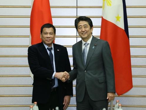 フィリピン ドゥテルテ大統領 来日 握手を交わす両首脳