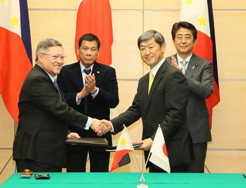 フィリピン ドゥテルテ大統領 来日 署名式に立ち会う両首脳