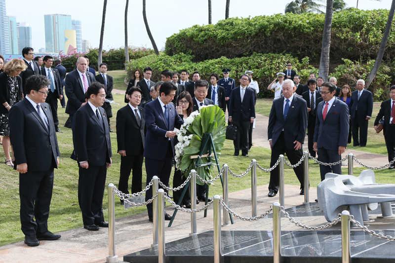 えひめ丸慰霊碑での安倍総理