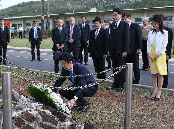 飯田房太中佐の記念碑に献花する安倍総理