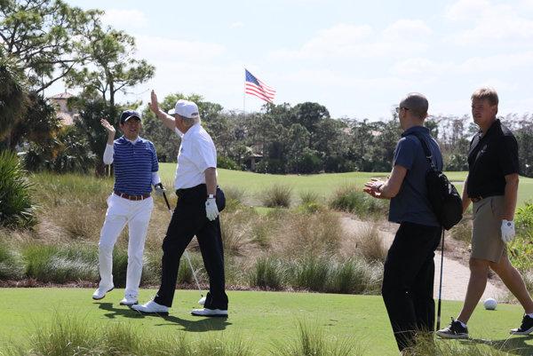 ゴルフをする安倍首相とトランプ大統領