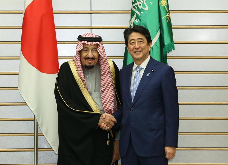 握手を交わす両首脳